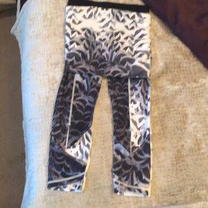 lululemon athletica Pants & Jumpsuits - EUC LULULEMON ATHLETICA CROPS